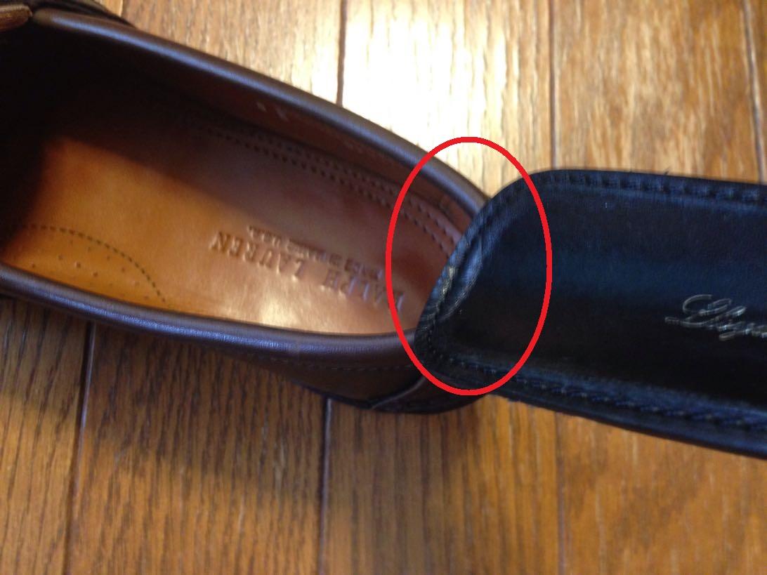 靴べらは軽く添える程度。
