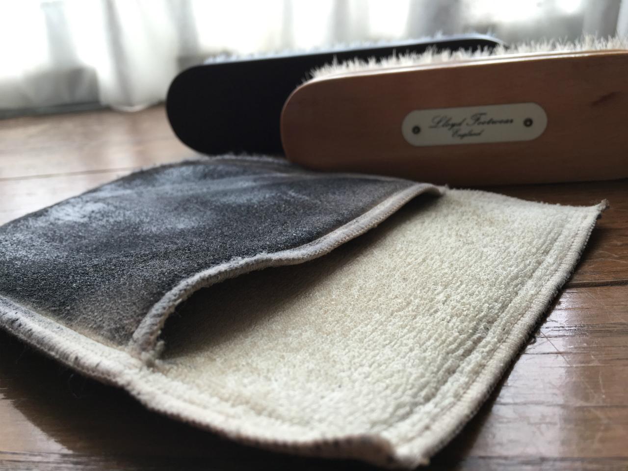革靴のお手入れとは、ブラシとグローブ(布)だけ用意して、その日履いた靴を毎日1分だけ磨くこと。