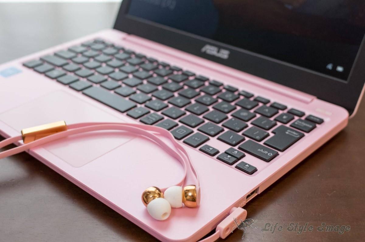 ASUS E203NAとSudio VASA Pink